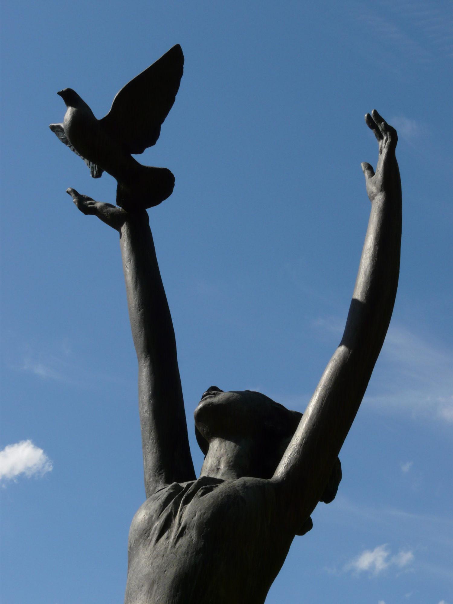 Náměstí Míru: 'Girl with a Dove'